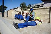 Mannen nemen een pauze tijdens de lange werkdagen, WK 2010 Zuid Afrika.