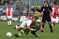 Fotball<br /> Nederland 2004/05<br /> Ado v Ajax<br /> 12. september 2004<br /> Foto: Digitalsport<br /> NORWAY ONLY<br /> alberto saavedra stopt wesley sonck , scheidsrechter ben haverkort kijkt toe