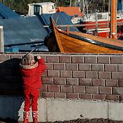 Muur oude haven Huizen in aanbouw, Linda kijkt erover heen