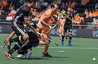 AMSTELVEEN - Seve van Ass (Ned)  met Timur Oruz (Dui)  EK hockey, finale Nederland-Duitsland 2-2. mannen.  Nederland wint de shoot outs en is Europees Kampioen.  COPYRIGHT KOEN SUYK