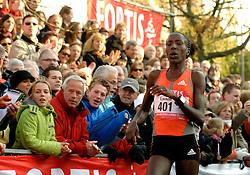 18-11-2007 ATLETIEK: ZEVENHEUVELENLOOP: NIJMEGEN<br /> Na een spannende wedstrijd met een close finish werd Lornah Kiplagat tweede met een tijd van 47.37<br /> ©2007-WWW.FOTOHOOGENDOORN.NL