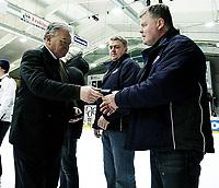 Ishockey , <br /> GET-ligaen,   <br /> 19.02.09 , <br /> Sparta Amfi , <br /> Sparta - Frisk Asker , <br /> Rolf Nilsson mottar gullmedaljen av ishockeypresident Ole-Jacob Libæk ,  <br /> Foto: Thomas Andersen / Digitalsport