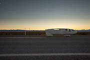 Aurelien Bonneteau van de IUT Annecy tijdens de eerste race van de WHPSC. In Battle Mountain (Nevada) wordt ieder jaar de World Human Powered Speed Challenge gehouden. Tijdens deze wedstrijd wordt geprobeerd zo hard mogelijk te fietsen op pure menskracht. Ze halen snelheden tot 133 km/h. De deelnemers bestaan zowel uit teams van universiteiten als uit hobbyisten. Met de gestroomlijnde fietsen willen ze laten zien wat mogelijk is met menskracht. De speciale ligfietsen kunnen gezien worden als de Formule 1 van het fietsen. De kennis die wordt opgedaan wordt ook gebruikt om duurzaam vervoer verder te ontwikkelen.Aurelien Bonneteau of the IUT Annecy at the first race of the WHPSC. In Battle Mountain (Nevada) each year the World Human Powered Speed Challenge is held. During this race they try to ride on pure manpower as hard as possible. Speeds up to 133 km/h are reached. The participants consist of both teams from universities and from hobbyists. With the sleek bikes they want to show what is possible with human power. The special recumbent bicycles can be seen as the Formula 1 of the bicycle. The knowledge gained is also used to develop sustainable transport.