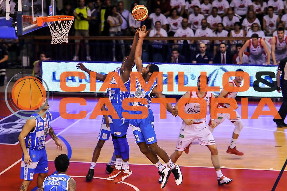 DESCRIZIONE : Campionato 2014/15 Serie A Beko Grissin Bon Reggio Emilia - Dinamo Banco di Sardegna Sassari Finale Playoff Gara7 Scudetto<br /> GIOCATORE : Rakim Sanders Jerome Dyson<br /> CATEGORIA : Rimbalzo<br /> SQUADRA : Dinamo Banco di Sardegna Sassari<br /> EVENTO : LegaBasket Serie A Beko 2014/2015<br /> GARA : Grissin Bon Reggio Emilia - Dinamo Banco di Sardegna Sassari Finale Playoff Gara7 Scudetto<br /> DATA : 26/06/2015<br /> SPORT : Pallacanestro <br /> AUTORE : Agenzia Ciamillo-Castoria/L.Canu