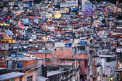 Morador observa a Favela da Rocinha no bairro São Conrado - zona sul do Rio de Janeiro. FOTO: Jefferson Bernardes/ Agência Preview