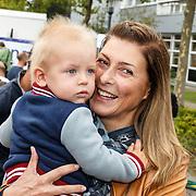 NLD/Amsterdam/20150906 - Amsterdam City Swim 2015, Euvgenia Parakhina met haar zoontje