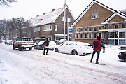 Snowboarders worden voortgetrokken door een jeep, Scheveningen