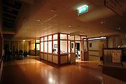 Nederland, Nijmegen, 13-5-2003..Verpleegpost tijdens nachtdienst in het UMC Radboud. Ziekenhuis, zorg, nachtmens, nachtwerk, verpleegkundige, personeelstekort gezondheidszorg, salaris...Foto: Flip Franssen