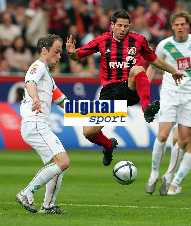 Fotball<br /> Bundesliga Tyskland 2004/05<br /> Bayer 04 Leverkusen v Werder Bremen<br /> 24. april 2005<br /> Foto: Digitalsport<br /> NORWAY ONLY<br /> Fabian ERNST , Gonzalo CASTRO Leverkusen
