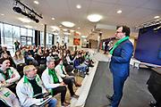 Nederland, Ubbergen, 8-3-2018 Minister Wouter Koolmees van D66 voert campagne voor de gemeenteraadsverkiezingen op internationale vrouwendag in Havo Notre Dame in dit dorp . Met leerlingen gaat hij in discussie over emancipatie en politiek . Foto: Flip Franssen