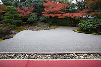 Entoku-in Garden was originally part of Fushimijo Castle and also a sub-temple of Kodaiji Temple founded by a nephew of Toyotomi Hideyoshi. The northern dry garden shows the essence of Momoyama style and is a registered National Place of Scenic Beauty by the Japanese government. It was built in 1605 and dedicated as a Rinzai sect temple in 1633..