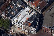 Leeuwarden - Luchtfoto van de herbouw van de in 2013 uitgebrande winkels en appartementen aan de Kelders in Leeuwarden.<br /> <br /> In opdracht van de VvE Leeuwarden herbouwt Bouwgroep Dijkstra Draisma 2 panden aan de Kelders nadat deze waren verwoest door de brand in oktober 2013. Het gebruik van de panden blijft gelijk. De begane grond wordt gebruikt voor detailhandel en de verdiepingen voor wonen.<br /> <br /> Bij de zeer grote uitslaande brand op 19 oktober 2013 op de Kelders in het centrum van de stad Leeuwarden kwam een 24-jarige inwoner van Leeuwarden om het leven. De student woonde in een van de appartementen boven de uitgebrande winkels. Tijdens de brand waren bewoners van de Kelders, de Minnemastraat en de Poststraat geëvacueerd. Bij de bluswerkzaamheden werden brandweerkorpsen uit de hele provincie Friesland ingezet. Tijdens en na de brand waren delen van de winkels en appartementen ingestort.