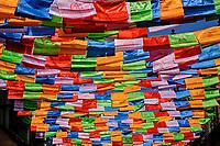 Nepal, Vallee de Kathmandu, Katmandou, village de Bodnath, drapeau de prière bouddhistes // Nepal, Kathmandu valley, Bodnath village, buddhist praying flag