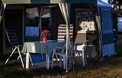 THEMENBILD - Blumen auf einem Tisch in einem Zelt eines Wohnmobils, aufgenommen am 26. Juni 2018 in Pula, Kroatien // Flowers on a table in a tent of a motorhome, Pula, Croatia on 2018/06/26. EXPA Pictures © 2018, PhotoCredit: EXPA/ JFK
