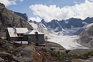 Il rifugio svizzero chiamato La capanna del Forno e la testata della valle del forno con il suo ghiacciaio.