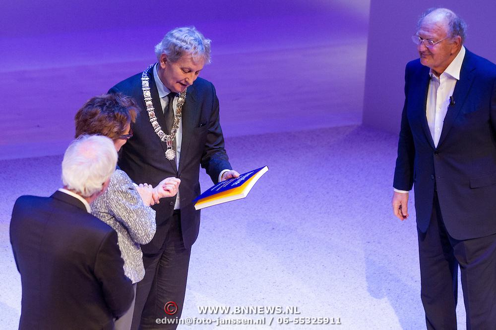 NLD/Amsterdam/20151123 - 5 jaar Delamar theater en 10 Jaar Van den Ende Foundation viering, Janine Klijburg en partner Joop van den Ende en burgemeester Eberhard van der Laan