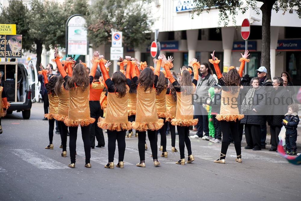 Gallipoli (LE), sfilata di carnevale 2011. Ragazzine vestite da ballerine...Gallipoli (LE), parade, carnival 2011. Girls dressed as ballerinas.