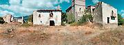 Spanje, Aragon, 29-8-2004..Verlaten dorp in de buurt van de stad Huesca. Ontvolking platteland, leegloop, armoede, voorzieningen, vergrijzing plattelandsgebieden. Wertrekken bevolking...Foto: Flip Franssen/Hollandse Hoogte