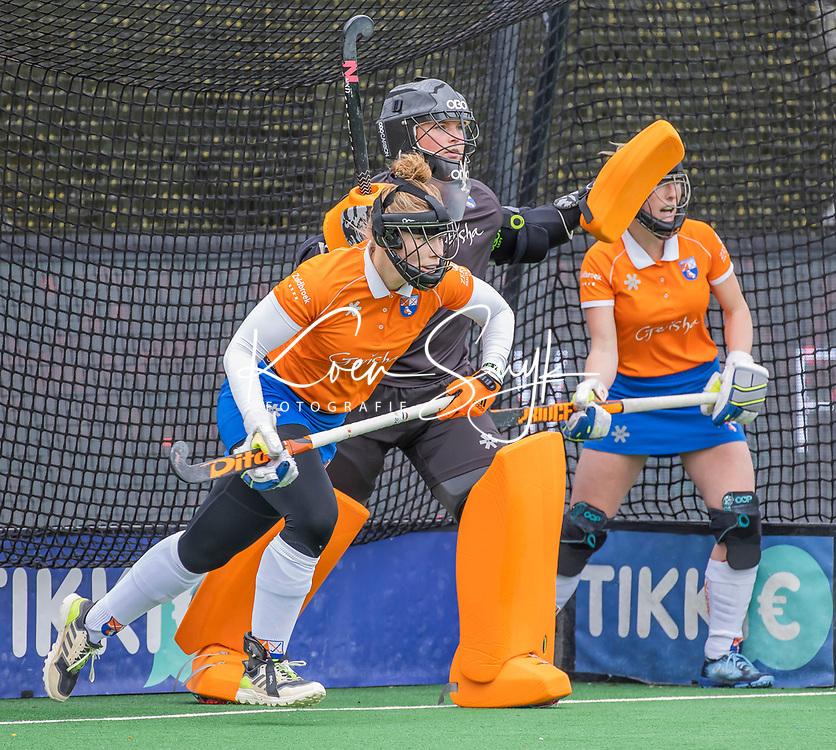 BLOEMENDAAL - Verdediging Bloemendaal met oa keeper Danique Visser (Bldaal) ,Pien Molenaar (Bldaal)  tijdens de hoofdklasse hockeywedstrijd dames, Bloemendaal-SCHC (1-4) .  COPYRIGHT  KOEN SUYK