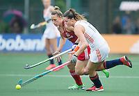 AMSTERDAM - Hockey - Lidewij Welten (Neth) met Susannah Townsend (GB) . Interland tussen de vrouwen van Nederland en Groot-Brittannië, in de Rabo Super Serie 2016 .  COPYRIGHT KOEN SUYK