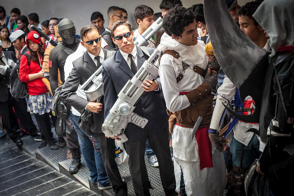 """Imitadores de """"MEN IN BLACK"""" y """"Snake eyes"""" de G.I. Joe en la Convencion Avalancha de Venezuela que reune a otakus, cosplayers, fanaticos de la ciencia ficcion, comics, anime, mangas y juegos. Caracas, del 9 al 18 de agosto de 2013. (Foto / ivan Gonzalez)"""