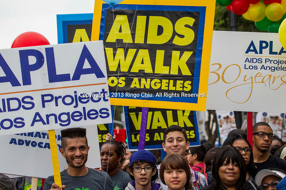 Thousands people participate in the 29th annual AIDS Walk Los Angeles on October 13, 2013 in West Hollywood. Nearly 30,000 people walking 10 kilometers through West Hollywood and the Fairfax district to raise funds for AIDS Project Los Angeles. AIDS Walk expects to raise about $3 million this year. Since its inception, the walk has raised more than $75 million. (Photo by Ringo Chiu/PHOTOFORMULA.com)<br /> 10月13日,人们在美国洛杉矶参加一年一度防治艾滋病慈善步行活动(AIDS Walk Los Angeles)。当日,洛杉矶的西好莱坞地区接近30000人出席了第29届洛杉矶防治艾滋病慈善步行活动,为洛杉矶艾滋病防治项目募集资金300多万美元。自该活动成立以来,已筹得超过7500万美元。(赵汉荣摄)