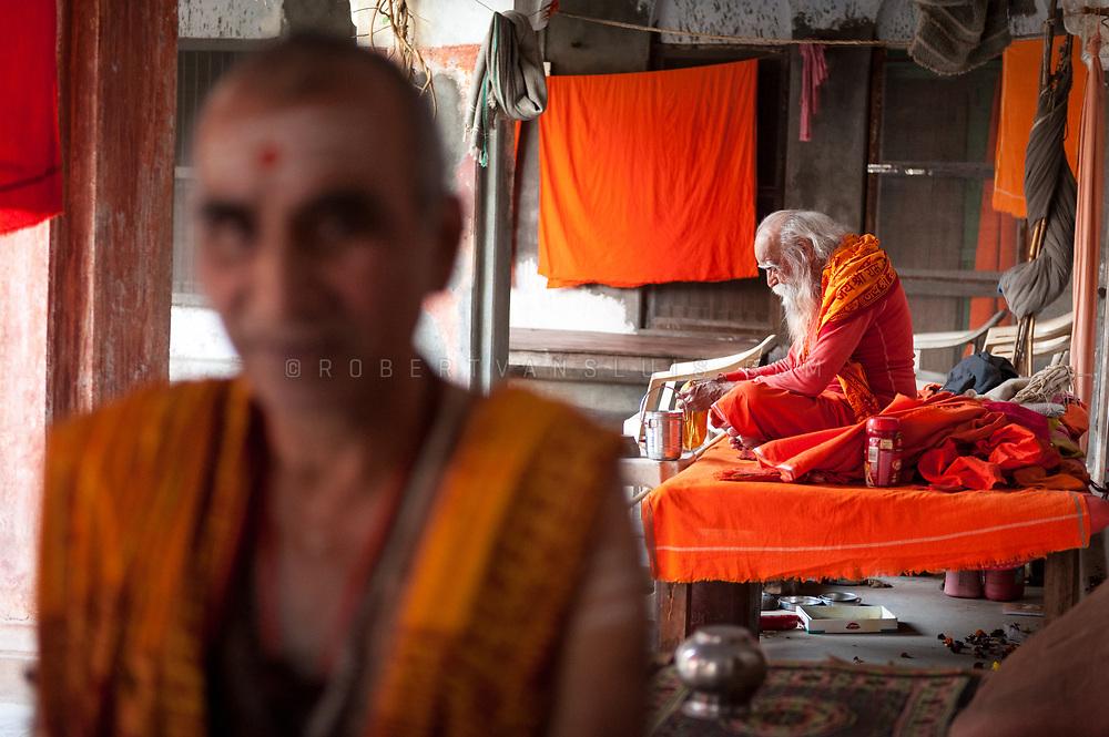 Portrait of a resident and his guru at Mumukshu Bhawan hospice in Varanasi, India. Photo © robertvansluis.com