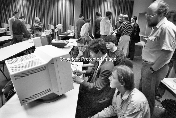 Nederland, Nijmegen, 10-5-1993Computercursus programmeren bij het rekencentrum UCI van de Radboud Universiteit, destijds KUN, katholieke uni.Foto: Flip Franssen