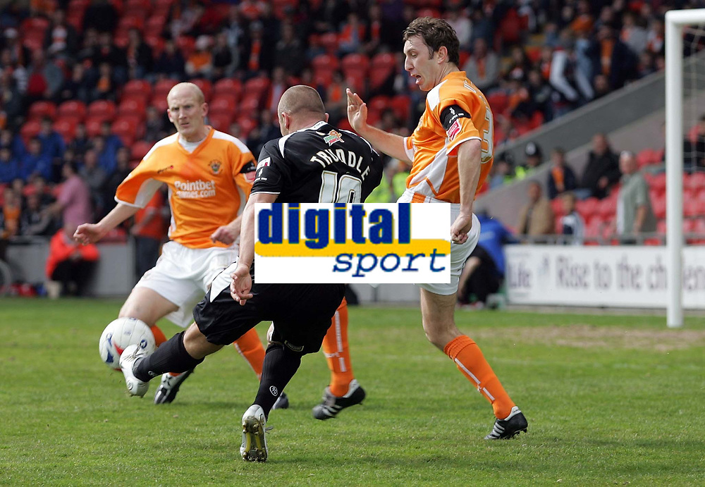Photo: Paul Thomas.<br /> Blackpool v Swansea City. Coca Cola League 1. 15/04/2006.<br /> <br /> Swansea's Lee Trundle bends in a shot that just misses going into the Blackpool goal.