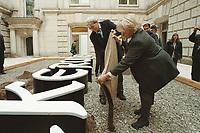 """27 SEP 2000, BERLIN/GERMANY:<br /> Hans-Christian Stroebele, MdB, B90/Gruene, bringt für die Befuellung des Hans Haack Kunstobjekts """"DER BEVÖLKERUNG"""" vorher in einem Sack vermengte  Bodenproben aus verschiedenen Stadtteilen Berlins und auch ganz anderer Ecken der Welt mit, Reichstagsgebäude<br /> IMAGE: 20000926-02/01-35<br /> KEYWORDS: Hans-Christian Ströbele"""