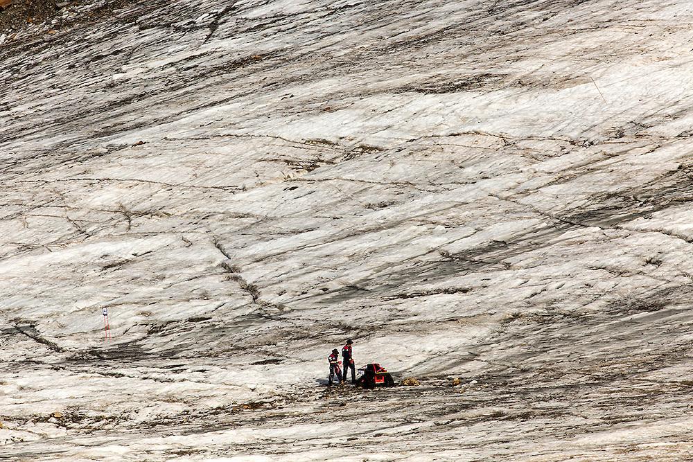 """Tijdens de eerste 2 weken van Augustus werd op een gletsjer in het Kaunertal, hoog in de bergen van Tirol, een Mars simulatie missie uitgevoerd onder de noemer AMADEE-15. Vijf speciaal getrainde """"astronauten"""" uit verschillende Europese landen hezen zich om beurten in de twee beschikbare ruimtepakken om o.a. geologische en astrobiologische experimenten uit te voeren, nieuwe technieken uit te testen en in het algemeen kennis en ervaring op te doen voor toekomstige echte bemande missies naar Mars. De missie werd georganiseerd door het Oostenrijkse ruimtevaartgenootschap ÖWF (Österreichisches Weltraum Forum), een verbond van professionals in de ruimtevaartindustrie, wetenschappers en mensen met een passie voor de ruimtevaart. foto: leden van het support team gebruiken een soort marsrover om instrumenten naar de verschillende testlocaties op de gletsjer te vervoeren. COPYRIGHT JURRIAAN BROBBEL"""