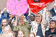 Koningin Maxima en prinses Mabel tijdens de Conferentie voor Mental Health and Psychosocial Support in het Koninklijk Instituut voor de Tropen. <br /> <br /> Queen Maxima and Princess Mabel during the Conference for Mental Health and Psychosocial Support at the Royal Tropical Institute.<br /> <br /> Op de foto / On the photo:  Aankomst Prinses Mabel en minister Sigrid Kaag / Arrival of Princess Mabel and Minister Sigrid Kaag
