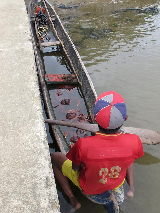 Indígenas guna / pescador de cangrejos / comarca de Guna Yala, Panamá.
