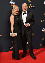 Jeffrey Tambor & Kasia Tambor bei der Verleihung der 68. Primetime Emmy Awards in Los Angeles / 180916<br /> <br /> *** 68th Primetime Emmy Awards in Los Angeles, California on September 18th, 2016***