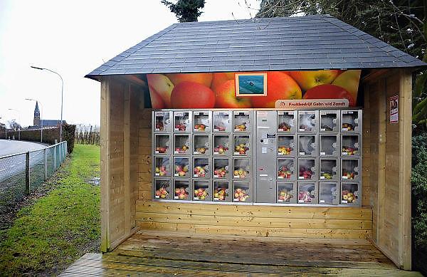 Nederland, Puiflijk, 27-2-2010Langs de weg staat bij een fruitteler een fruitautomaat. Hier kan men vers fruit, appels, uit een automaat halen.Foto: Flip Franssen/Hollandse Hoogte