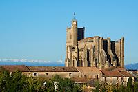 France, Herault (34), Languedoc-Roussillon, Capestang, la collegiale Saint Etienne et les Pyrenees // France, Languedoc-Roussillon, Herault depatment, Capestang, Saint Etienne Church (collegialel) and Pyrenees montain