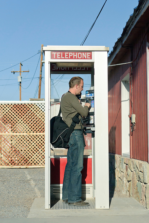 USA,Vereinigte Staaten, Kalifornien,  Shoshone, CA, United States, Telephone pay call box.Ein Mann telefoniert aus einer Telefonzelle in der man mit  Münzen  bzw. Kreditkarten    bezahlen kann |  USA  , Shoshone, CA, United States, man calls from a telephone booth - pay callbox,