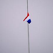 Overbrengen lichaam van overleden prins Bernhard van paleis Soestdijk, Nederlandse vlag met rouwwimpel