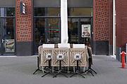 Nederland, Nijmegen, 20-10-2020  Cafes en restaurants zijn vanwege de aangescherpte coronamaatrgelen een paar weken gesloten . Personeel wenst iedereen een veilig leven toe .Foto: ANP/ Hollandse Hoogte/ Flip Franssen
