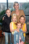 "Premièreviewing Nickelodeon's ""De Ludwigs""<br /> <br /> Op de foto:  Tooske Ragas met haar dochters Leentje , Fien ,  Catoo en Sem Ragas"