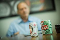O presidente da Bebidas Fruki, Nelson Eggers, na linha de produção da empresa, em Lajeado. FOTO: Jefferson Bernardes/Preview.com