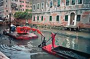 Italie, Venetie, 8-3-2008Slib en afval worden uit een kanaal gebaggerd. Om dit te kunnen doen wordt de waterstand in een deel van het kanalenstelsel verlaagd. Sludge and waste from a channel is dredged. In order to do so, the water level in a part of the canal system is reduced.Foto: Flip Franssen