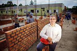 O prefeito de Charqueadas, Davi Gilmar de Abreu Souza, vistoria as obras do hospital da cidade. FOTO: Jefferson Bernardes/Preview.com