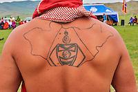 Mongolie, province de Bayankhongor, fêtes traditionnelles de Naadam, lutteur portant un tatouage de la carte mongole sur le dos // Mongolia, Bayankhongor province, Naadam, traditional festival, wrestler wearing a tattoo of the map of Mongolia