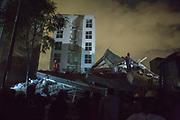 Voluntarios civiles ayudan en labores de rescate después de que un temblor de 7.1 grados de magnitud colapsara algunos edificios en la Ciudad de México, el 19 de septiembre de 2017. Reportes preliminares al final del día confirman la muerte de 248 personas. // Civil volunteers help in rescue labors in Mexico City after a tremor with magnitude 7.1 collapsed buildings on September 19th, 2017. Preliminary reports at the end of the day confirm the death of 248 people. (Photo: Prometeo Lucero)