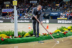 HUTTROP-HAGE Kay (Veranstalterteam)<br /> Stuttgart - German Masters 2019<br /> Impression am Rande<br /> Preis der Firma iWEST<br /> Einlaufprüfung für den FEI WORLD CUP™ DRIVING 2019/2020<br /> Int. Zeit-Hindernisfahren für Vierspänner mit zwei unterschiedlichen Umläufen CAI-W<br /> 15. November 2019<br /> © www.sportfotos-lafrentz.de/Stefan Lafrentz