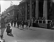 17/04/1960.04/17/1960.17 April 1960.Easter Military Parade..An t-Uachtarain, Mr Eamonn de Valera taking the salute as the Colour Party pass the Saluting base at the G.P.O., Dublin, at the Annual Military Parade on Easter Sunday.
