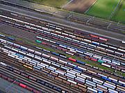 Nederland, Zuid-Holland, Zwijndrecht, 25-02-2020; Kijfhoek, rangeerterrein voor goederentreinen. Overzicht van de verdeelsporen  Kijfhoek huisvest Keyrail, exploitant Betuweroute en is in beheer bij ProRail. De Betuweroute, die begint als Havenspoorlijn op de Maasvlakte, verbindt via Kijfhoek de Rotterdamse haven met het achterland. Het rangeeremplacement dient voor het sorteren van goederenwagons waarbij gebruik gemaakt wordt van de zwaartekracht, het 'heuvelen': de wagons worden de heuvel opgeduwd, bij het de heuvel afrollen komen ze, door middel van wissels, op verschillende verdeelsporen. Railremmen zorgen voor het automatisch remmen van de wagons. Na het heuvelproces staan de nieuw samengestelde treinen op aparte opstelsporen.<br /> Kijfhoek, railway yard (train shunting-yard) used by ProRail and Keyrail (Betuweroute operator). Kijfhoek connects via the Betuweroute (beginning as Havenspoorlijn on the Maasvlakte), through the port of Rotterdam with the hinterland. The shunting yard for sorting wagons makes use of gravity. The new trains are assembled on separate tracks.<br /> luchtfoto (toeslag op standard tarieven);<br /> aerial photo (additional fee required)<br /> copyright © 2020 foto/photo Siebe Swart