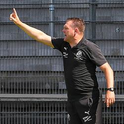 Sandhausens Trainer Uwe Koschinat gibt Anweisungen beim Spiel in der 2. Bundesliga, SV Sandhausen - Dynamo Dresden.<br /> <br /> Foto © PIX-Sportfotos *** Foto ist honorarpflichtig! *** Auf Anfrage in hoeherer Qualitaet/Aufloesung. Belegexemplar erbeten. Veroeffentlichung ausschliesslich fuer journalistisch-publizistische Zwecke. For editorial use only. For editorial use only. DFL regulations prohibit any use of photographs as image sequences and/or quasi-video.
