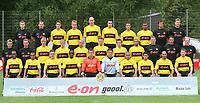 Fotball. Bundesliga 2002/2003.<br /> Borussia Dortmund.<br /> Bak fra venstre: Fysioterapeutene Peter KUHNT og Ralph FRANK, Heiko HERRLICH, Jörg HEINRICH, Jan KOLLER, Ahmed MADOUNI, Fredi BOBIC, Sunday OLISEH, hjelpetrener Christian KOLODZIEJ, Reha-trener Markus ZETLMEISL<br /> Midtrekken fra venstre: Dr. Michael PREUHS (lege), fysioterapeut Frank ZÖLLNER, Florian THORWART, Jan Derek SÖRENSEN, Giuseppe REINA, Christian WÖRNS, Tomas ROSICKY, Marcio AMOROSO, keepertrener Wolfgang De BEER, hjelpetrener Uwe NEUHAUS, trener Matthias SAMMER.<br /> Foran fra venstre: EVANILSON, EWERTHON, Timo ACHENBACH, Otto ADDO, Philipp LAUX, Roman WEIDENFELLER, David ODONKOR, Juan FERNANDEZ, Leonardo DEDE, Stefan REUTER.<br /> Foto: Valeria Witters, Digitalsport.